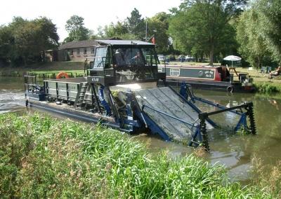 Лодки комбайни за почистване на водни басейни